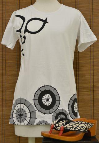 和柄Tシャツと下駄のコーディネート