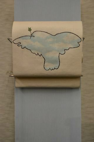 空を羽ばたく鳩の帯で春をコーディネート