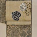 竺仙さんの松煙染小紋浴衣地を葵柄の名古屋帯でコーディネー