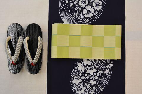 紺地一色のゆかたを市松取りの紗半巾帯でコーディネート