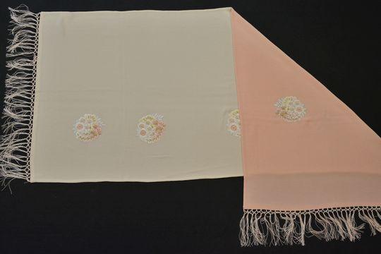 白とピンクの刺繍入りリバーシブルショール