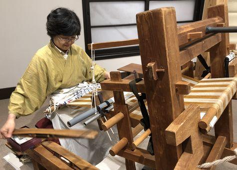 結城紬の地機(じばた)織機