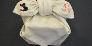 刺繍入りの風呂敷・ネコと鈴