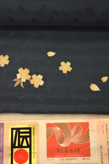 加賀友禅の猫柄の地紋が入った小紋