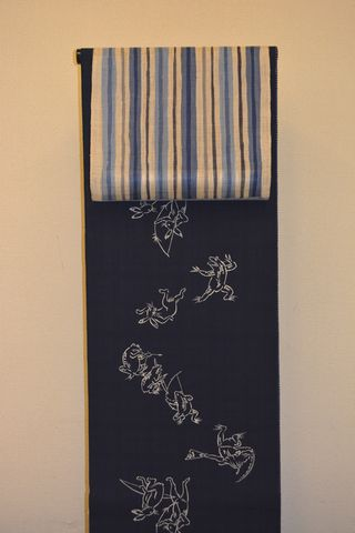 三勝のリバーシブル浴衣をローケツ染めの麻帯でコーディネート