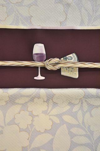 赤ワインにチーズの模様