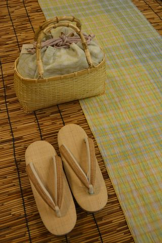 小千谷ちぢみに合わせた夏草履とカゴバッグ