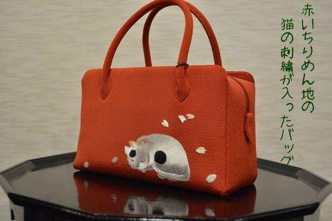 赤いちりめん地の猫の刺繍は入ったバッグ