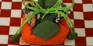 柿の匂い袋と市松柄の綿風呂敷