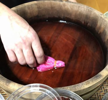 紅花でハンカチを染める