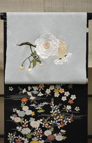 黒地の御所解文様に合わせら桜柄の刺繍帯