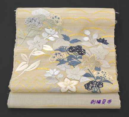 刺繍夏帯「露芝桧垣に草花」の柄
